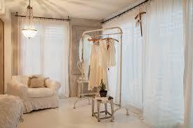 kleiderstange im schlafzimmer in weiß bild kaufen