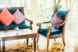 kissen sofa und stuhl dekoration im wohnzimmer vintage lichtfilter