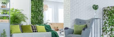 grüne dekoration im grauen und weißen wohnzimmer