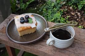 kaffee mit einem stück kuchen auf holztisch 2177935 stock foto