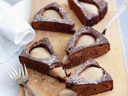 schokoladen birnen kuchen mit puderzucker