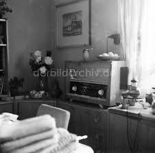 ddr fotoarchiv arnstadt altes röhrenradio auf einem