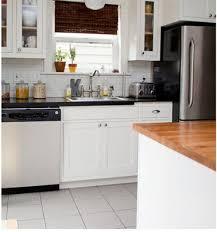 cuisine grise et plan de travail noir cuisine grise et blanc plan de travail noir et carrelage métro