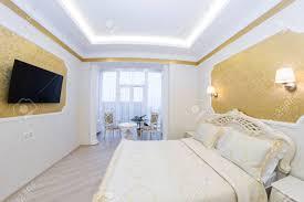 luxuriöses bett mit kissen in königliche schlafzimmer innenraum hotelzimmer in goldtönen