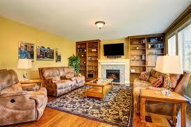 typisches amerikanisches wohnzimmer mit brauner und