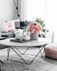 wohnzimmer deko ideen geometrische vasen runder kaffeetisch