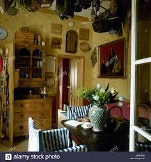 country style gelb esszimmer mit muster tapete tisch und