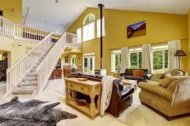 offenes treppenhaus mit galerie treppe aus holz mit gelä