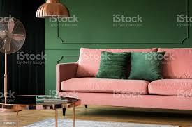 dekorative flasche grüne wand in wohnzimmer stockfoto und mehr bilder behaglich