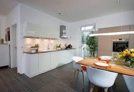 offene küche modern weiß mit esstisch aus holz