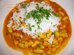 haricots blancs à la tomate et au curry indien servi avec du riz