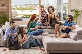 gruppe fröhlichen freunden spaß beim gespräch in die wohnzimmer stockfoto und mehr bilder afro amerikanischer herkunft