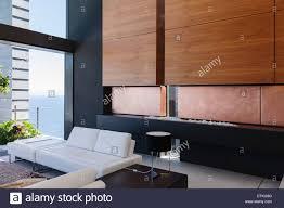 sofa und holzvertäfelung in moderne wohnzimmer