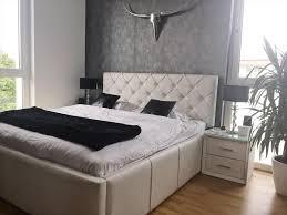 ein sehr luxuriös eingerichtetes schlafzimmer mit
