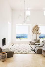 polstermöbel und teppich vor kamin in bild kaufen