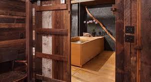 luxus badezimmer design mit schiebetür aus holz und