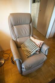 elektrischer sessel wohnzimmer beige altengerecht