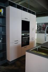 burger inselküche weiß graue fronten und kunststein arbeitsplatte