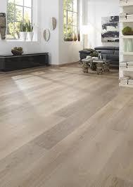 ein wunderschönes helles wohnzimmer mit vinylboden kwg