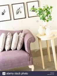 drei gedrückt leaf bilder an der wand oben mauve sofa im