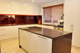 cuisine au milieu de la cuisine meuble cuisine pour four encastrable fonctionnalies de