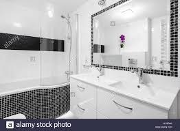 schwarz weiß luxus badezimmer mit mosaik fliesen