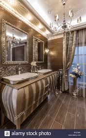 badezimmer in brauntönen mit doppelwaschbecken mit ablage