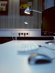 mit steckdosen und kabelkanälen im arbeitszimmer chaos vermeiden