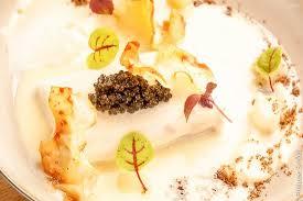 cuisiner le bar de ligne bar de ligne au caviar crémeux de céleri et crumble café photo de