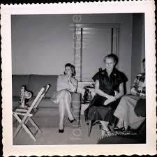 frauen im wohnzimmer vintage foto schwarz weiß foto familienfoto schnappschuss gefunden foto volksfoto altes foto deckled edge