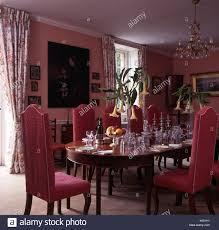 rosa gepolsterte stühle am tisch legen sie für das
