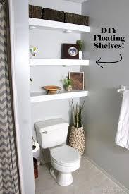 diy schwimmende regale im badezimmer über toilette reality