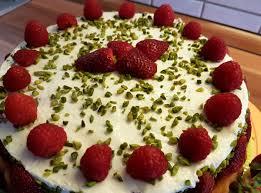 erdbeer himbeere quark cremefine torte mit pistazien