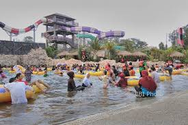 Ribuan Pengunjung Yang Didominiasi Wisatawan Keluarga Memenuhi Area Wahana Jogja Bay Waterpark Pada Kamis