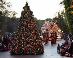 Plutos Christmas Tree Youtube by 82 12 Days Of Christmas 7 Disneyland Christmas Fantasy Parade