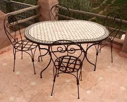 ensemble tables en zellige et chaises en fer forgé
