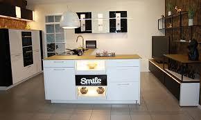 nobilia musterküche küche 9 hochglanz weiß mit schwarz und