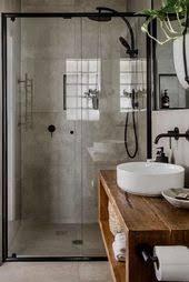 schönes badezimmer im industriestil der warme holzton sorgt