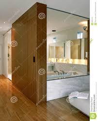 badezimmer mit schlafzimmer stockbild bild glas