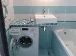 waschmaschine unter der arbeitsplatte im badezimmer