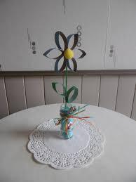une fleur avec des rouleaux en du papier toilette les p