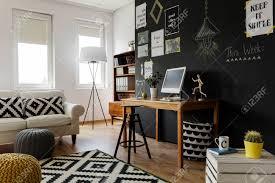 moderne großstadtwohnung mit dekorativen gegenständen und möbeln in natürlichen farben
