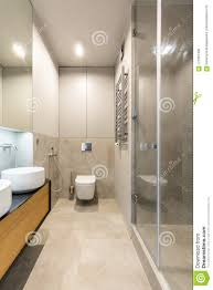 weißes waschbecken auf hölzernem kabinett in elegantem beige