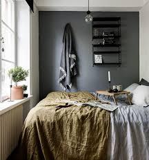 bett fenster schwarze wand kleines schlafzimmer bedroom