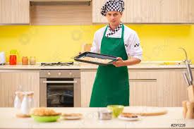 foto auf lager junger mann kochen vorbereitung kuchen in der küche zu hause
