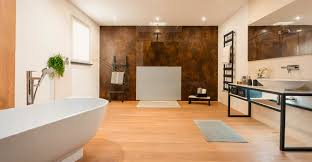 großes badezimmer mit freistehender badewanne modern