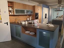 häcker musterküche inselküche in blau mit alteiche
