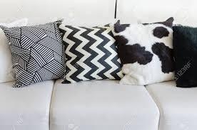 schwarz weiß kissen auf dem sofa im wohnzimmer