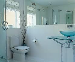 modernes badezimmer mit waschtisch aus bild kaufen