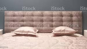 luxus modernen stil schlafzimmer und in grau rosa braun und blau tönen innenausstattung aus einem schlafzimmer mit plüsch kissen stockfoto und mehr